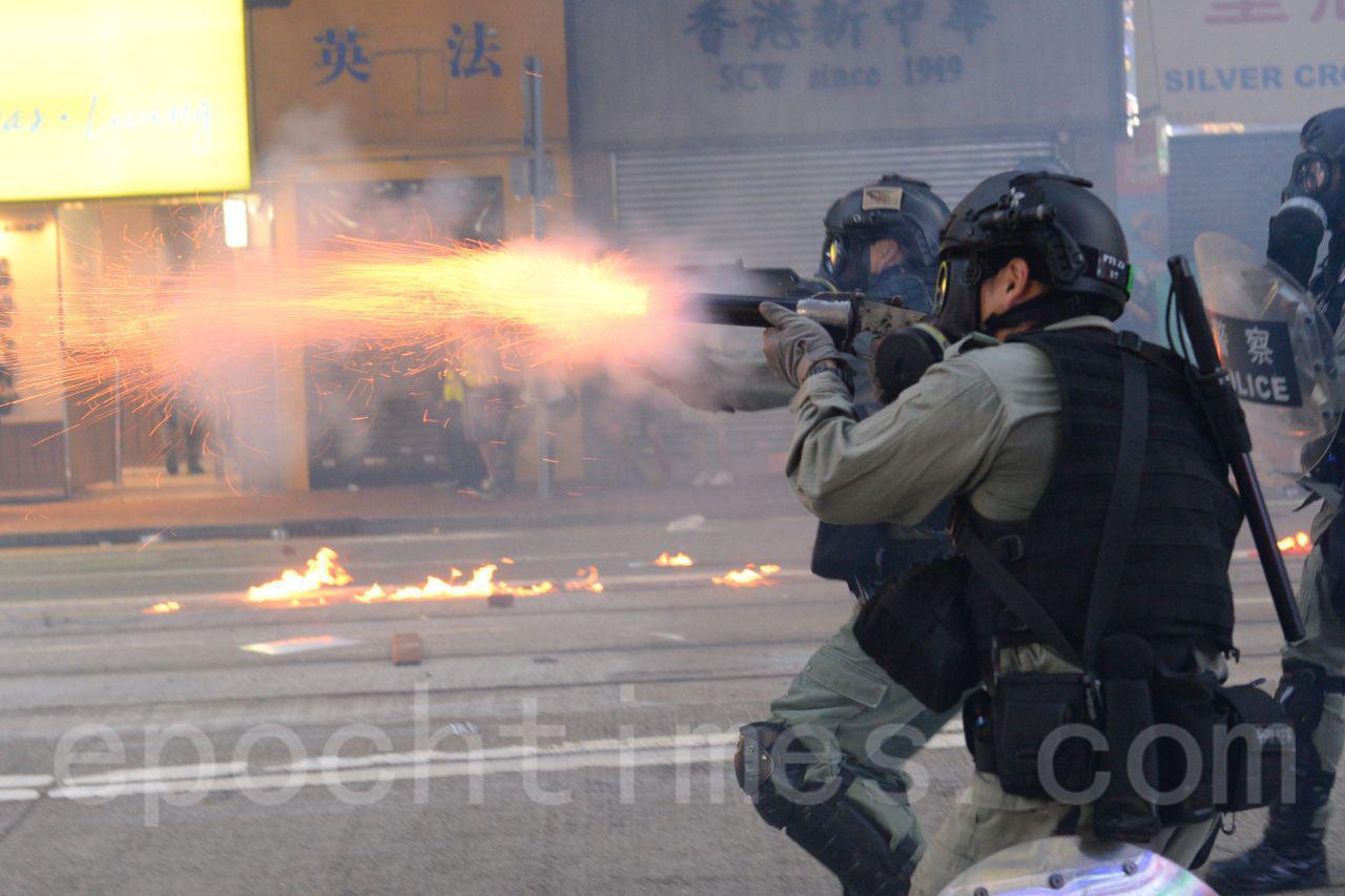 四中全會一結束,中共港警的暴力立即再升級,中共對香港實施「超限戰」,強化「以暴製亂」。圖為11月2日港警在銅鑼灣一帶狂射催淚彈,驅散抗爭市民。(宋碧龍/大紀元)