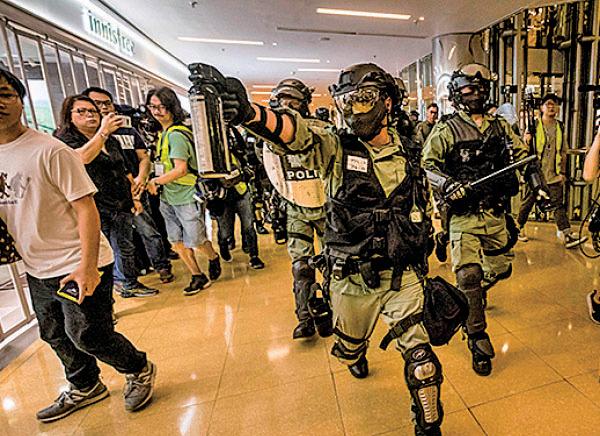 斬人事件後,防暴警闖入太古城商場,持胡椒噴劑追捕抗爭者。(VIVEK PRAKASH/AFP via Getty Images)