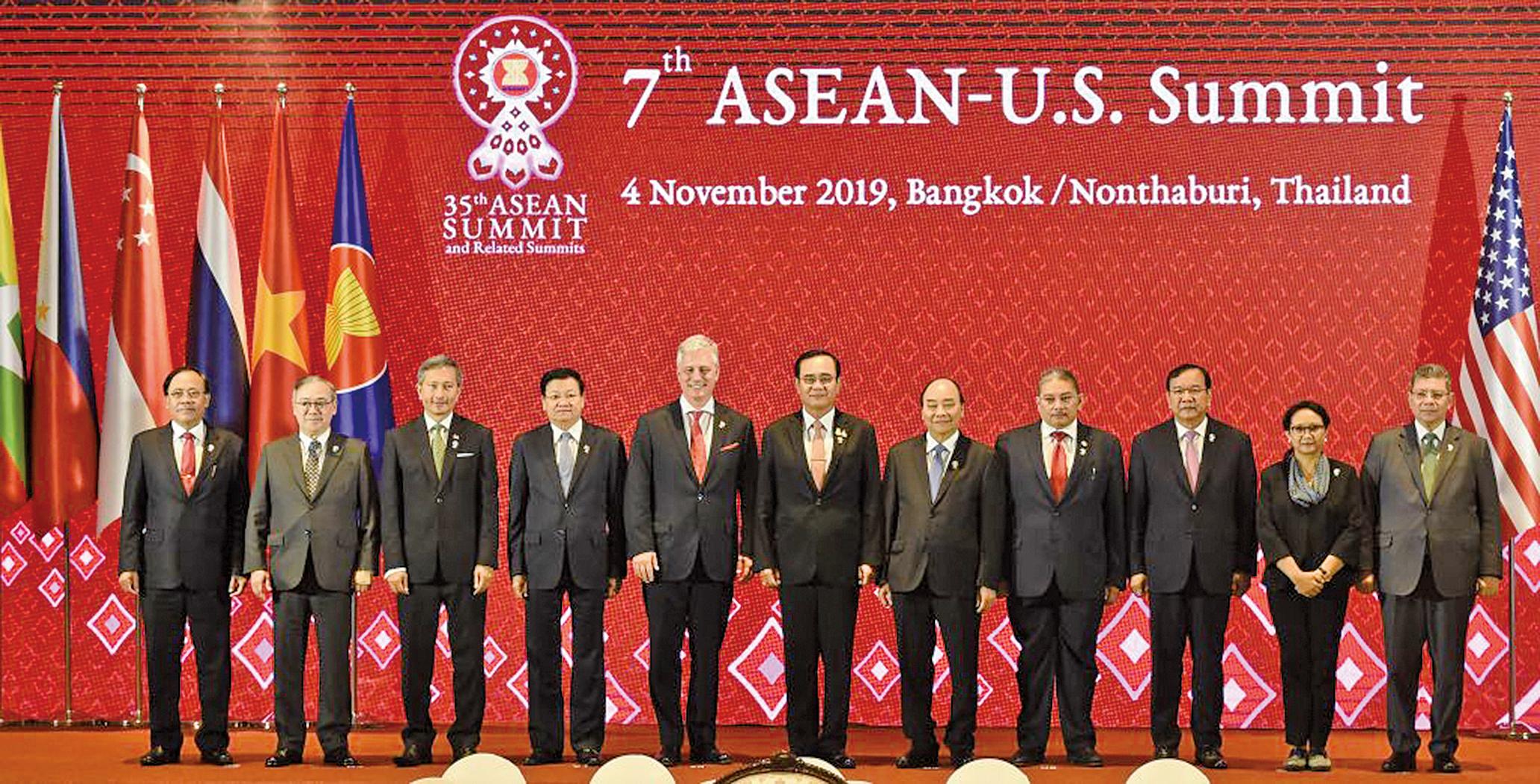 周一(11月4日)美國特使歐布萊恩(左五)在東盟美國高峰會(ASEAN-US Summit)上發言。(AFP)