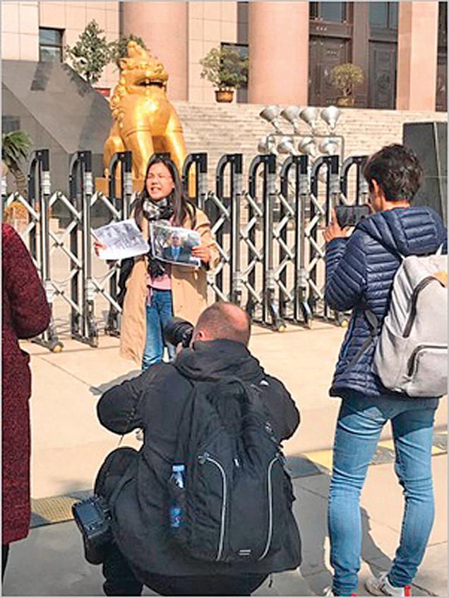 10月31日,許豔第三次來到江蘇徐州市中級法院。(受訪人提供)