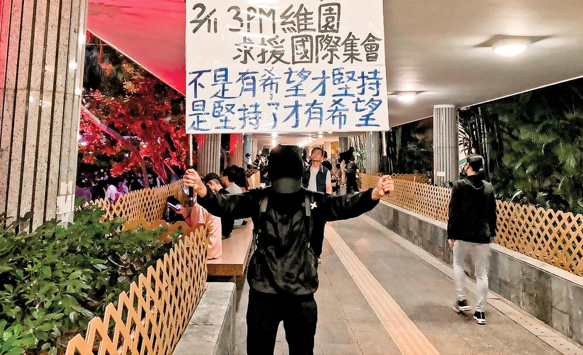 王Y 說,她是懷著恐懼走到前線,每一次出去時都留下身份證,是良心令她不能因為怕而不出來。(蔡溶/ 大紀元)