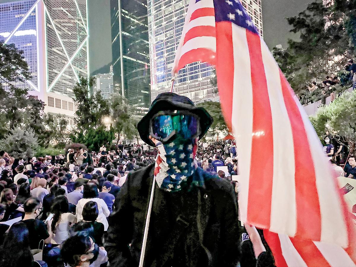 黑衣人17歲男生彭F並不認同「暴徒」的標籤。他說抗爭者的目標是對準中共政權,不是沒有目標地破壞。(蔡溶/大紀元)