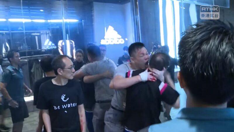 2019年11月3日晚,在香港太古城中心民眾組人鏈抗議政府的活動現場附近,一名穿灰衣的歹徒持刀砍傷多位民眾後,突然衝過來兇殘地撕咬區議員趙家賢的左耳朵。(影片截圖)