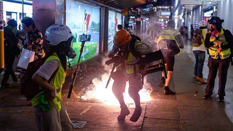 在9月8日的抗議活動中,有網友拍到警察向記者投擲催淚彈,轟炸記者,甚至有警察疑似說出普通話「走開」。(PHILIP FONG/AFP/Getty Images)