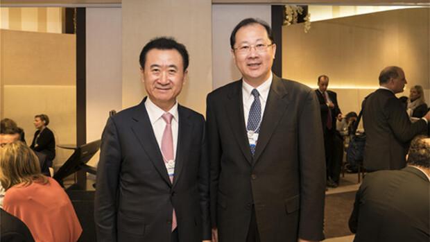 2017年1月17日,時任廣東省委常委、廣州市委書記的任學鋒(右)在達沃斯與萬達集團董事長王健林(左)會面併合影。(萬達官網截圖)