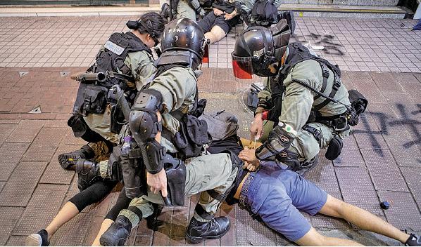 11月2日,維多利亞公園舉行「11.2求援國際 堅守自治」大集會。圖為警察一早就在銅鑼灣一帶清場,粗暴拘捕和平集會市民。( 余鋼/大紀元)