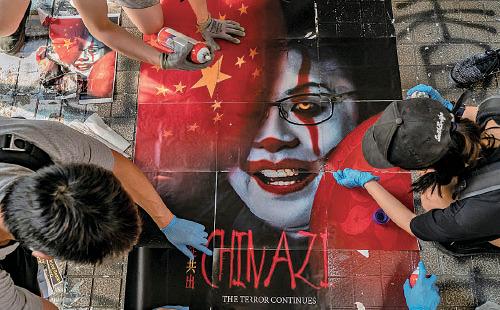 9月28日十一前夕,反送中抗爭者在銅鑼灣一條街上鋪上抗議「赤納粹」中共與林鄭政府合作,使恐怖主義籠罩香港的海報。(Anthony Kwan/Getty Images)