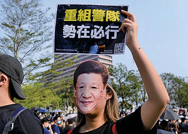 10月27日,大批市民在尖沙咀梳士 巴利花園集會,抗議警方濫權濫捕, 要求追究警方責任。( 宋碧龍/大紀元)