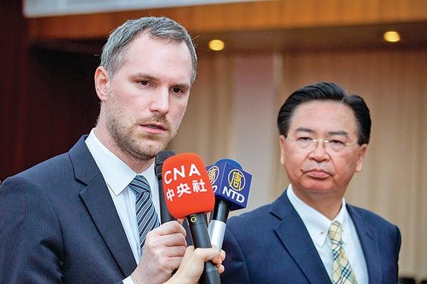捷克布拉格市長賀瑞普(Zdenek Hrib)認為,全世界都該強烈回應中共強摘器官問題。右為臺灣外交部長吳釗燮。(陳柏州/大紀元)