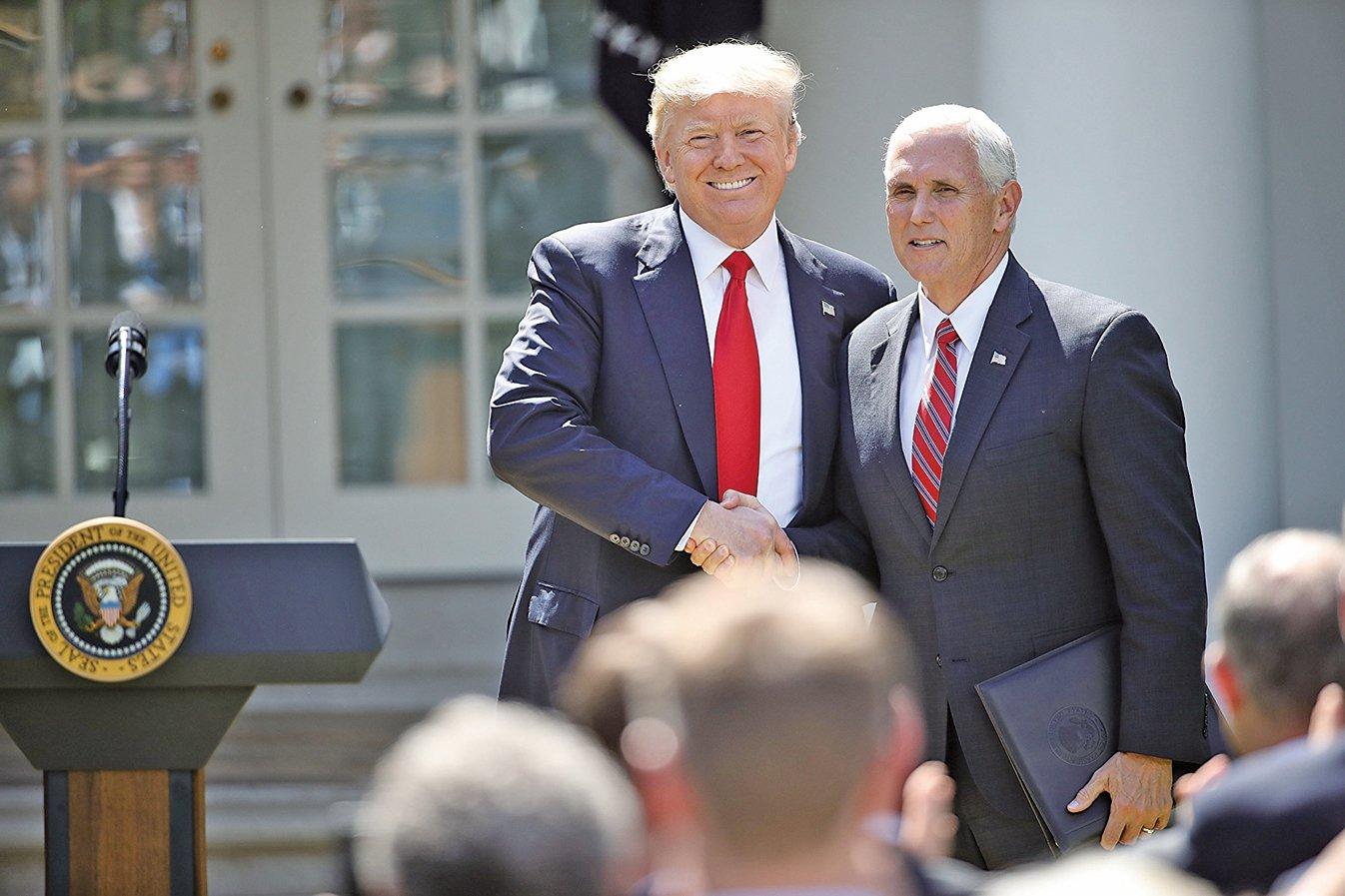 圖為2017年6月1日,特朗普和彭斯在宣佈美國退出巴黎協議的新聞會上。(Getty Images)