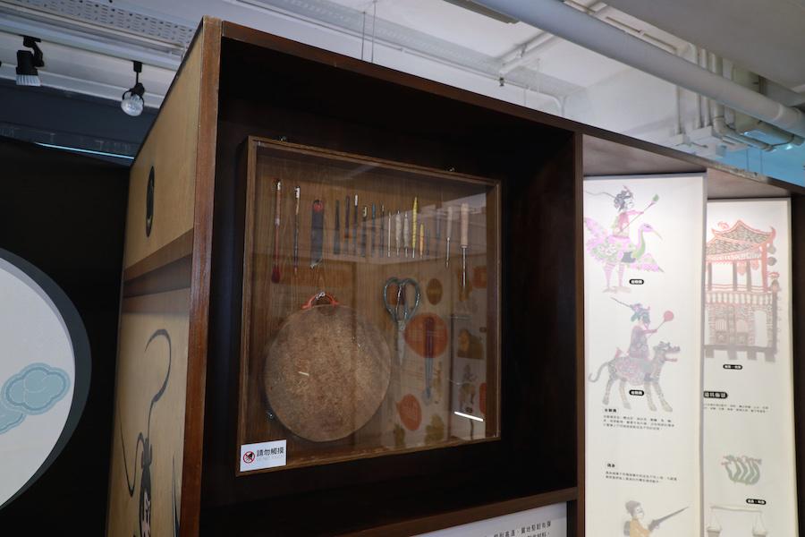 高雄市皮影戲館展區特別展出了傳統製作皮影戲偶的工具。(陳仲明/大紀元)