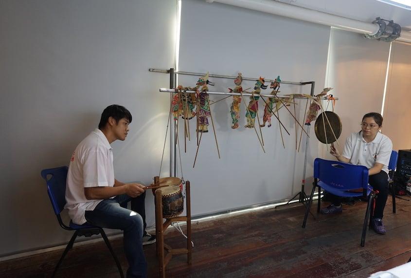 東華皮影劇團堅持使用現場演奏,用銅鑼、鼓器伴奏。(曾蓮/大紀元)