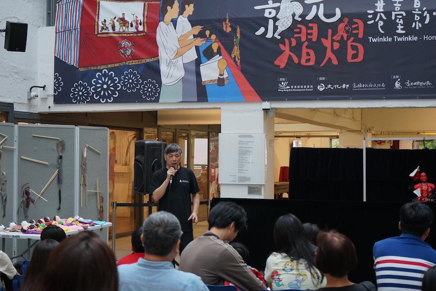 資深木偶皮影師傅黃暉在開幕禮上介紹今次的展覽。(陳溪/大紀元)