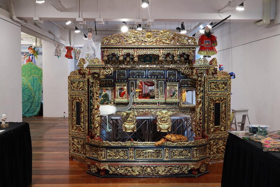 「影光熠熠」港台影偶藝術交流展期間,展出多個黃暉師傅的珍藏品,包括金光閃閃的掌中木偶戲台。(陳仲明/大紀元)