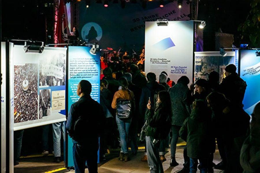 11月4日晚,民眾在柏林亞歷山大廣場觀看「和平革命-柏林牆倒」圖片展,(張清颻/大紀元)
