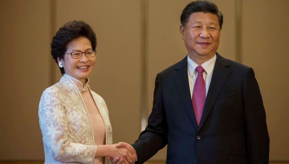 中國國家主席習近平(右)2017年7月1日在香港與新任特首林鄭月娥(左)握手。(BILLY H.C. KWOK/AFP via Getty Images)