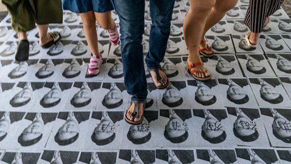 9月21日,親共議員何君堯的肖像鋪滿天橋地上,被市民怒踩。(Anthony Kwan/Getty Images)