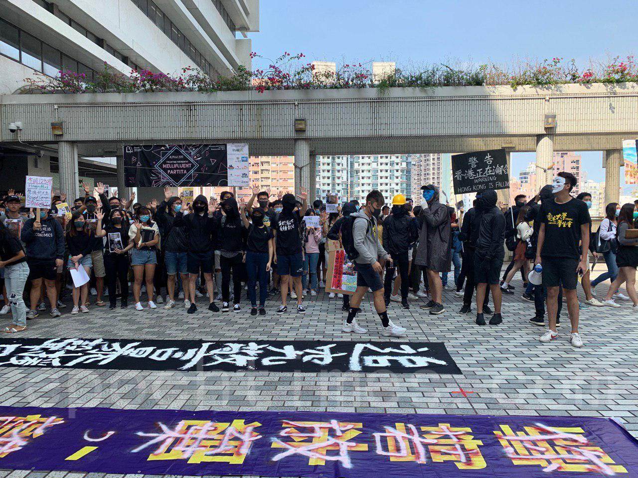 6日5日,港大學生在校園內舉行活動邀請校方聲援學生,查明周同學墜樓真相。(韓納/大紀元)