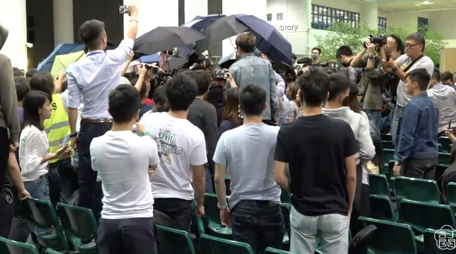 6日科大校長史維與學生公開對話,中場休息時,大陸學生與港生發生衝突。(視頻截圖)
