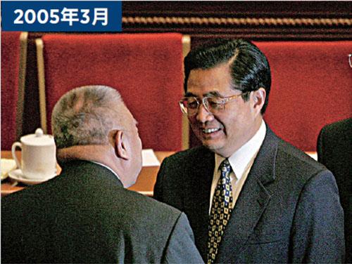 時任中共主席的胡錦濤在中南海見香港首屆特首董建華時,「充分肯定」他的工作;之後同年3月10日,董建華以腳痛理由辭職。