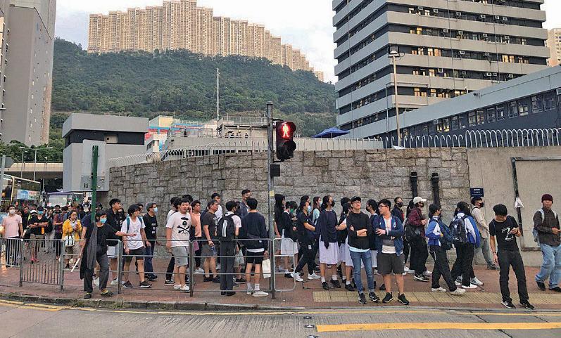 大批市民在葵涌警署外守候聲援吳傲雪等抗爭者,獲悉他們「踢保」成功後和平散去。(余天佑/大紀元)