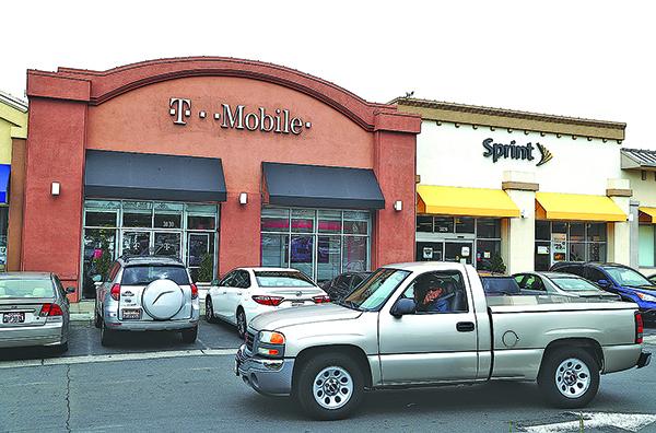 加州 El Cerrito 購物中心內一家 T-Mobile 店和 Sprint 店。(Getty Images)