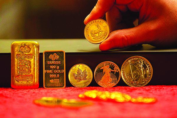 1月7日,愛爾蘭都柏林黃金儲存設備供應商 Merrion Vault 展示的金條和金幣。(Getty Images)