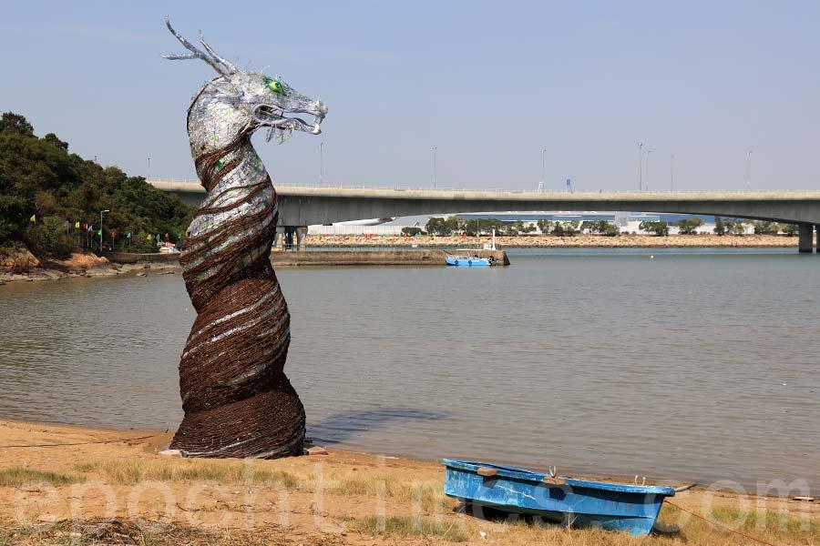 由英國藝術家設計的7米高的「龍王」裝置藝術,由1500個膠樽製造,旨在喚起公眾對海洋垃圾的意識。(陳仲明/大紀元)