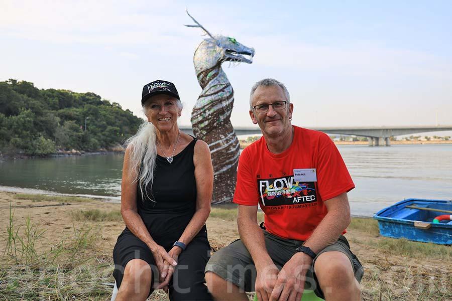 裝置藝術「龍王」由英國藝術家Sue Hill(左)和Pete Hill設計。(陳仲明/大紀元)