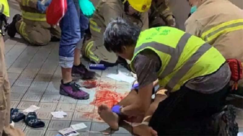 11月4日凌晨,香港將軍澳區抗爭衝突期間,一名22歲的香港科技大學學生周梓樂從停車場墮樓。多家港媒指,該學生5日進入腦幹死亡狀態。(影片截圖)