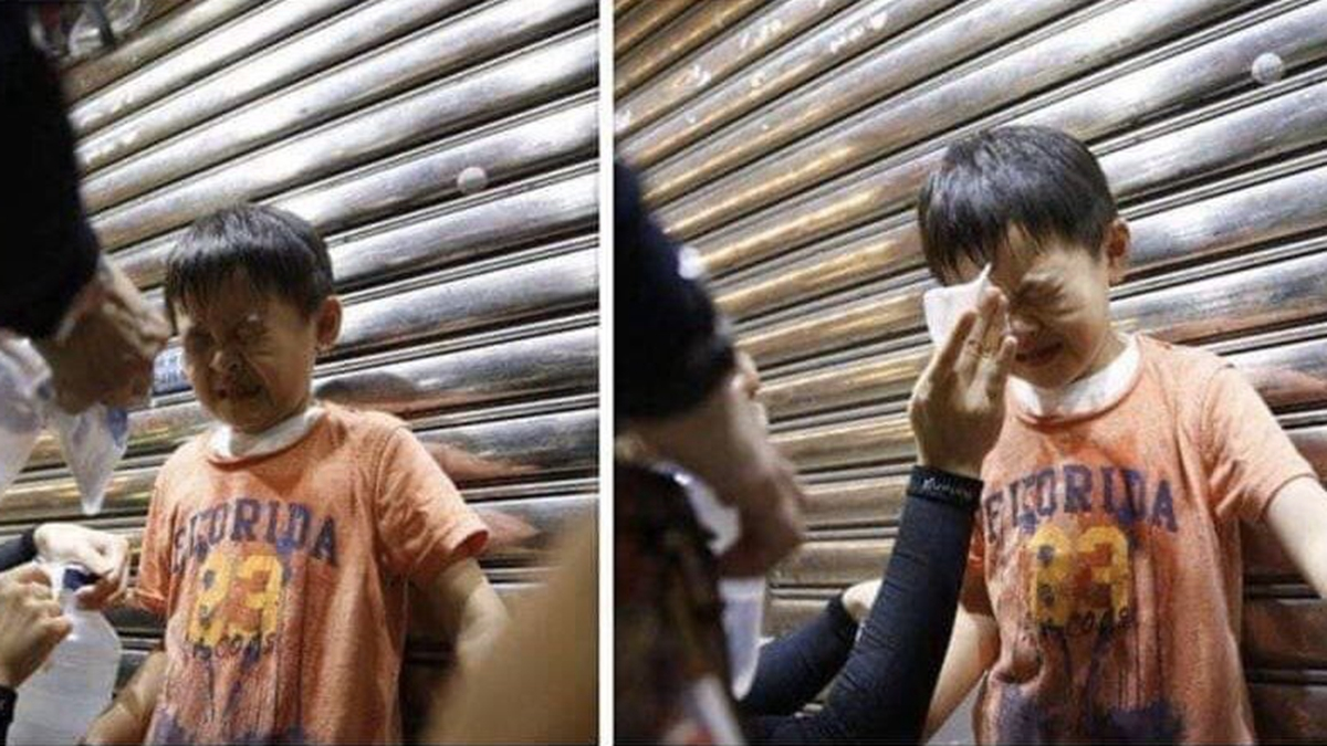 網絡圖片和影片顯示,港警不但攻擊老人和孕婦,甚至還向一個迷路的幼兒噴射胡椒噴劑。(臉書圖片)