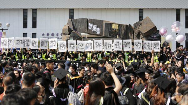 遊行結束,各位學生隨後進入典禮會場參與畢業禮。(臉書圖片)