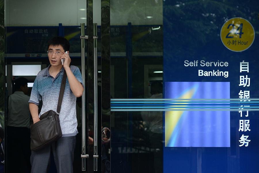 繼洛陽伊川農商銀行出現擠兌取錢現象僅一周,遼寧省營口市沿海銀行也發生大批儲戶前往銀行取錢的擠兌風波。陸媒披露更多地方商業銀行出現嚴重信用風險,面臨破產。(AFP/Getty Images)