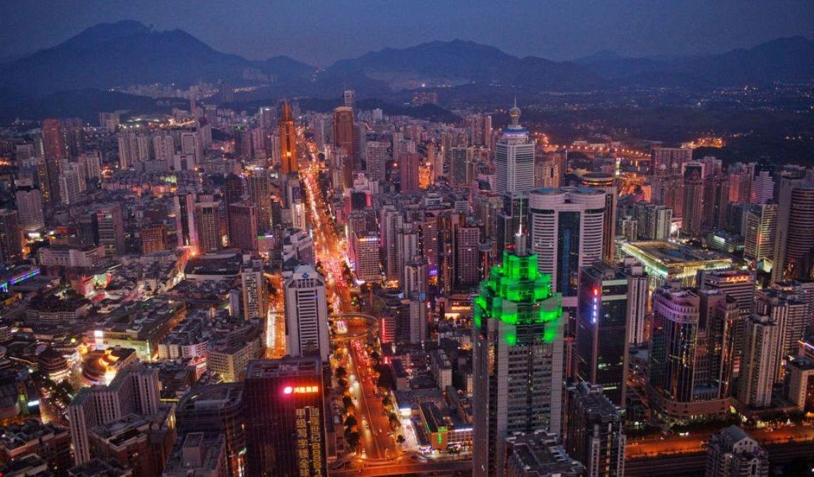中國深圳市世界金融中心一帶,2010年11月28日夜間的一個場景。(Daniel Berehulak/Getty Images)