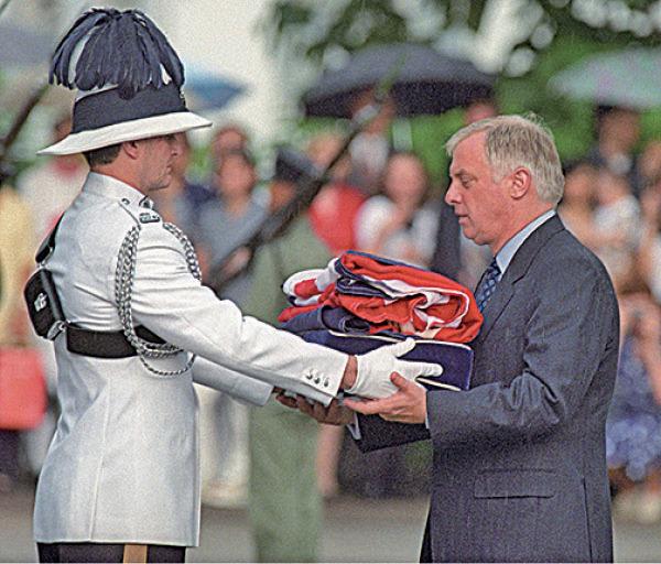 彭定康在1997 年7月1日當天,在香港主權移交儀式上潸然淚下,外界認為他是真正關心香港的英國人。(EMMANUEL DUNAND/AFP via Getty Images)