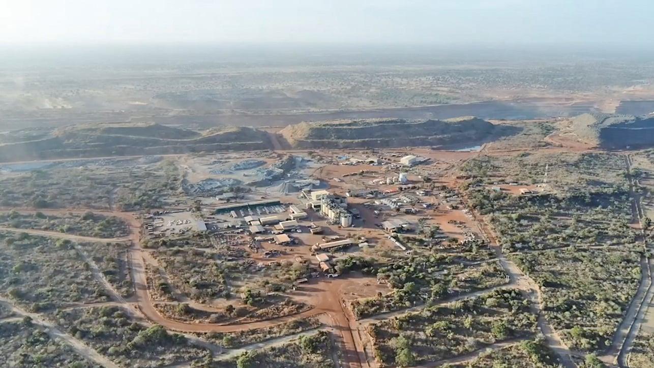 11月6日,西非國家布吉納法索礦場運送員工的車隊遭到攻擊,至少有37人死亡和60人受傷。(影片截圖)