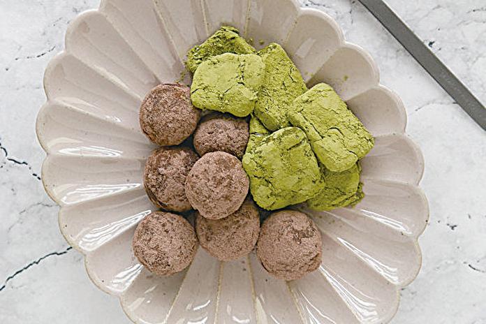 進行減醣飲食也能吃的甜點抹茶芝士磚與莓果朱古力球。(圖/《代謝力UP減醣好好》)