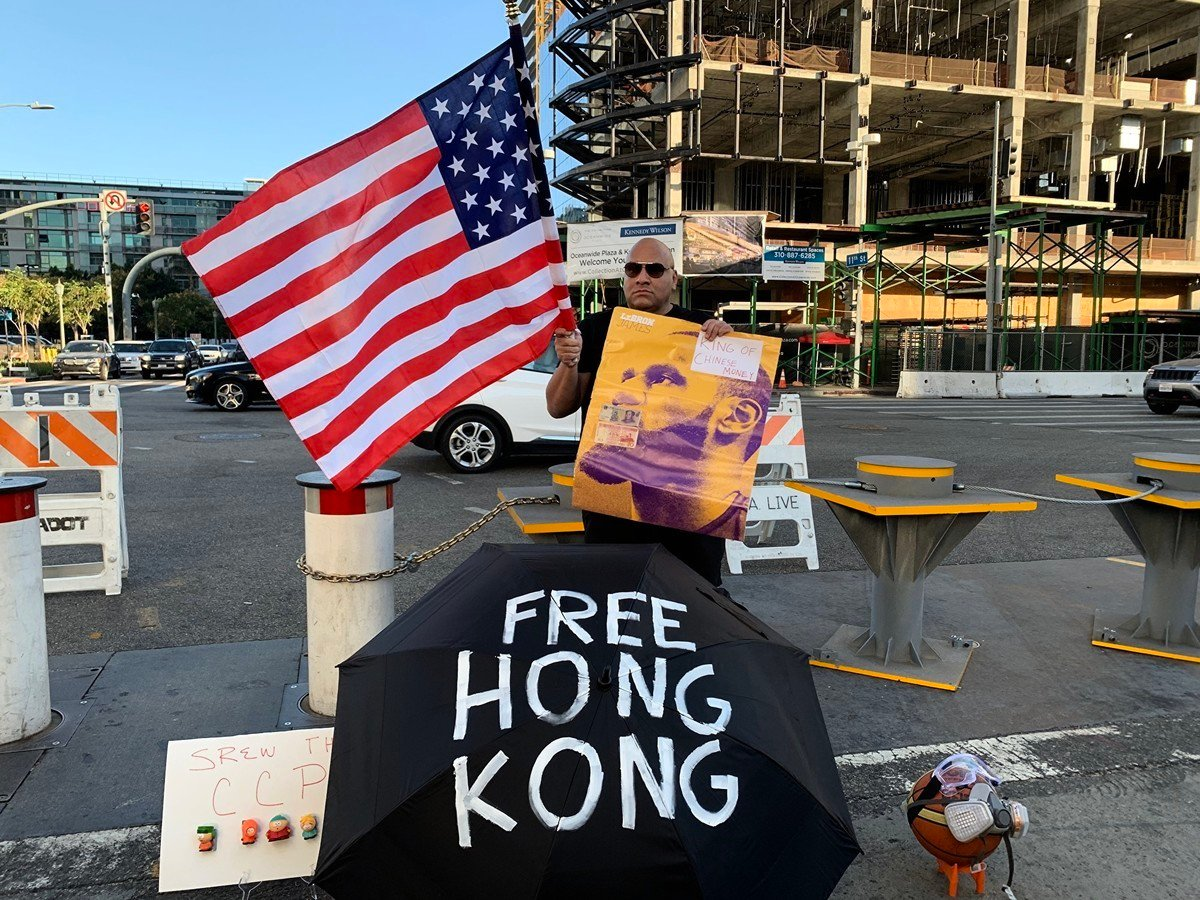 10月22日,在洛杉磯NBA比賽場館外支持香港的球迷Steve。(姜琳達/大紀元)