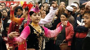 新疆女街頭跳舞後被警車拉走 外國觀察員被騙