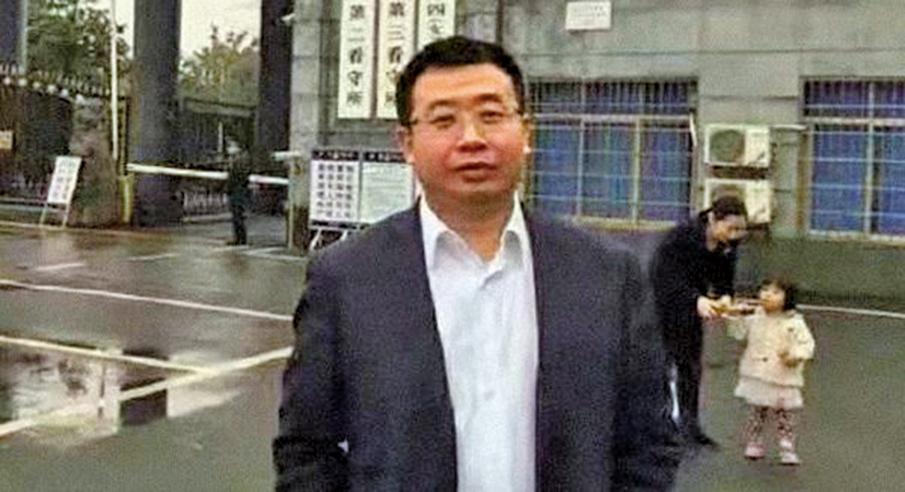 【大紀元訊】北京維權律師江天勇已經獲釋八個多月,但是他的一舉一動仍然受到當局全天候監控。日前,江天勇再次與挑釁他的國保發生衝突。有分析指出,不排除當局故意激怒江天勇,藉機再次關押他。 據新唐人報道,江天勇今年2月出獄後,一直被軟禁在河南信陽的父母老家。江天勇在海外的妻子金變玲發推文說,5日凌晨,江天勇臨睡前把小狗放到院子裏讓它拉屎拉尿,發現一名國保貼著院子鐵柵欄對院子裏窺視,並用手電筒對著他照射,還用手機或執法記錄儀對他拍攝。面對質問,這名國保大罵江律師「走狗」。國保的行徑引起江天勇和他父母不滿,雙方發生激烈口角。  金變玲表示,信陽市當局在江天勇父母家的正對面搭建了一個臨時小屋,24小時派人輪班監控江天勇。他們在江天勇父母家、妹妹家,還有他出門必經之路都裝了監視器。這名窺視的國保正是之前多次在街上、在院子門口,對江律師挑釁的胖高個。據報道,這名國保每逢江天勇出門,就貼身跟蹤,並罵他「漢奸」、「賣國賊」。  湖南律師文東海:「他是一個已經刑滿釋放的,再怎麼對待,確實有點說不過去。不管從人道也好,從共產黨這個角度出發,不太明智。法律就不講了,你講法律的話,都是對法律的侮辱。」  流亡海外大陸維權律師祝聖武:「它對江天勇的監控控制就沒有任何法律依據,完完全全是一種變相的監禁,就是把監獄從高牆裏面延伸到了整個社會,無休止的監禁確實把江天勇弄得非常的憤怒,所以他激烈的反抗。」  金變玲表示,官方想激怒江天勇,拍下他的反應,可能以此為證據,再次將他關入監獄。「中國維權律師關注組」總幹事陳悅也表示,江天勇不斷受到騷擾,可能會衝動,觸發口角或有肢體衝突。當局會利用這些機會把他關押起來,外界必須關注他的情況。  江天勇曾參與高智晟案、胡佳案,並大面積代理法輪功學員案件。2015年「709」大抓捕事件後,他曾參與營救709律師並協助家屬維權。2016年11月,他看望被羈押律師的家屬後失蹤。2017年6月被以「煽動顛覆」罪批捕,11月被判刑2年。◇