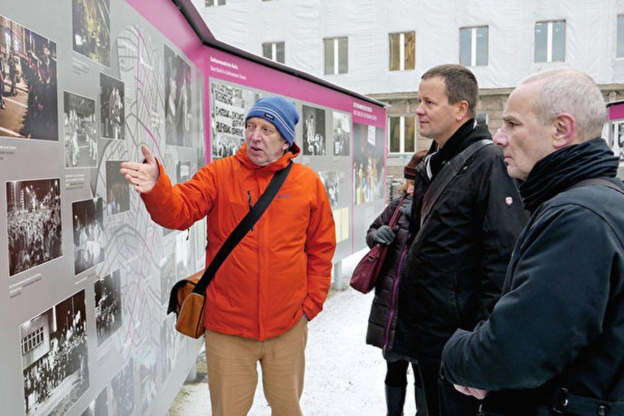 為紀念三十年前的萊比錫抗議活動,原史塔西大樓改建的博物館前絡繹不絕的遊人參觀歷史圖片和資料。(Robert-Havemann-Gesellschaft/Ilona Schakel)