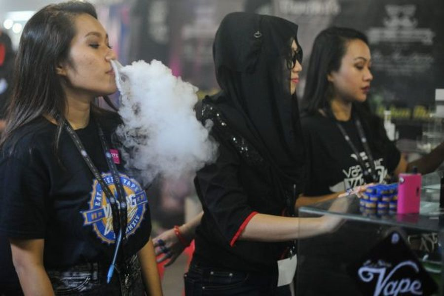 電子煙因為造型多變、功能酷炫,近年來在青少年間開始流行。但有專家稱,抽電子煙的危害和吸香煙一樣。(Mohd Rasfan/AFP/Getty Images)