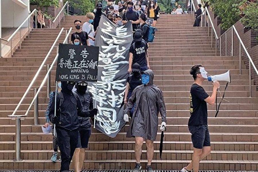11月6日港大學生在校園內遊行,展示「警告:香港正在淪陷」的黑旗,高喊「香港警察,蓄意謀殺」等口號,要求查明科大學生周同學墮樓真相。(韓納/大紀元)