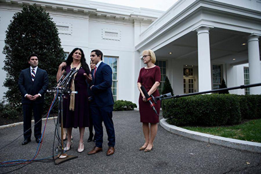 圖為11月7日,幾名共產主義受害者在白宮橢圓形辦公室會晤特朗普總統後對媒體講話。(BRENDAN SMIALOWSKI/AFP via Getty Images)
