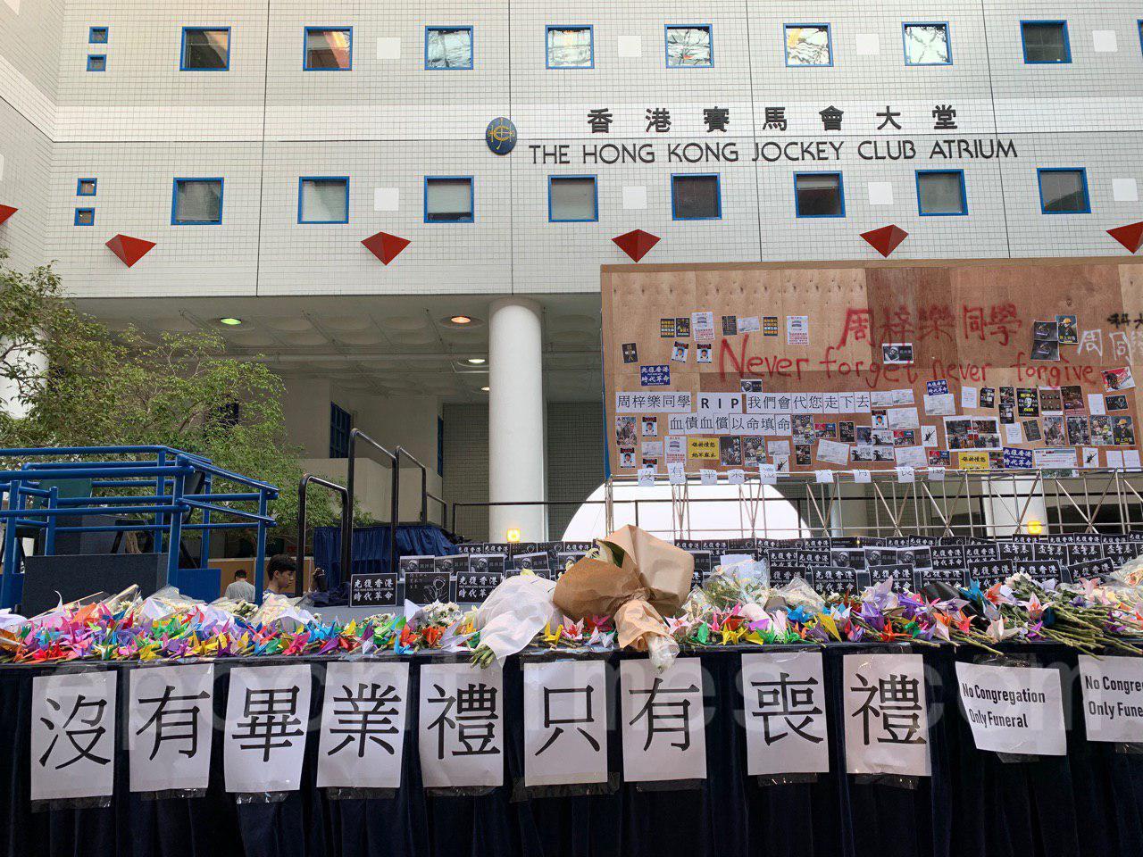 8日,墜樓的科大周同學不治去世,晚上,科大學生會在校園為周同學舉行燭光追悼。(韓納/大紀元)