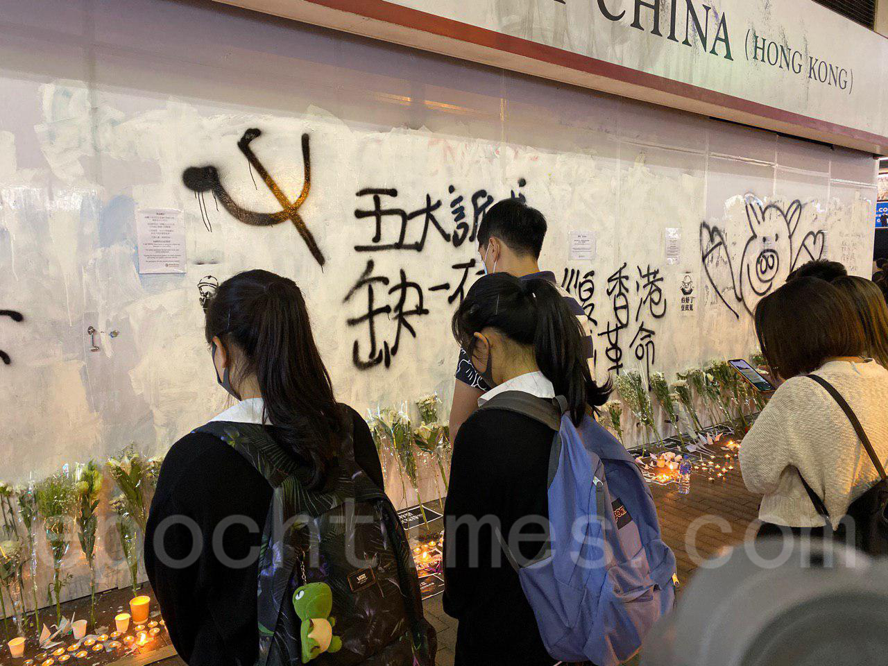 10月8日,科大生周同學在醫院不治去世,有市民發起「全城悼念周同學」活動。圖為元朗(余天佑/大紀元)