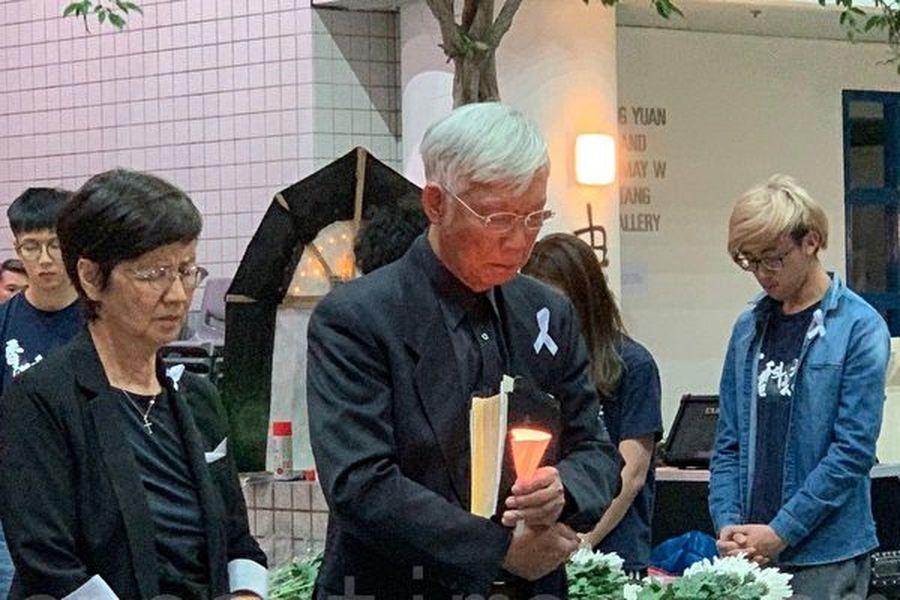 2019年11月8日,香港科大學生設立悼念周同學的祭壇。白髮牧師為周同學默哀。(韓納/大紀元)