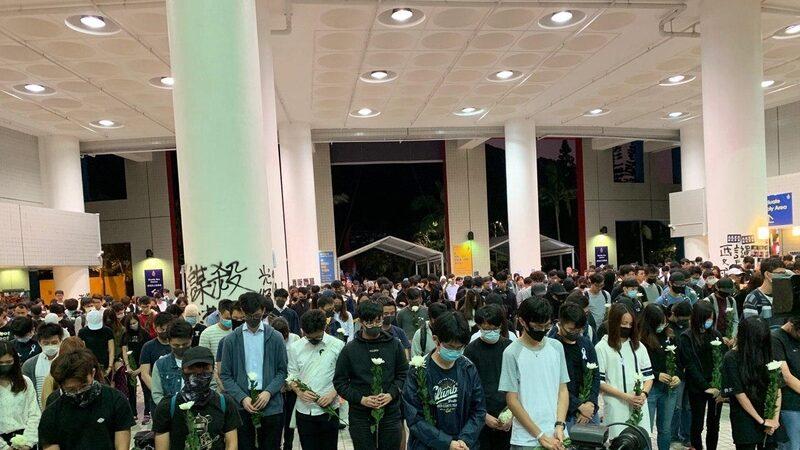 11月8日,香港科大學生設立悼念周同學的祭壇,為周同學默哀。(韓納/大紀元)
