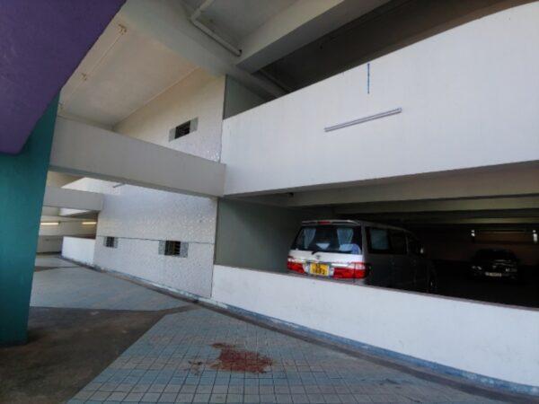 墜樓現場,傷者疑從三樓跌落二樓平台,現場留有血跡。