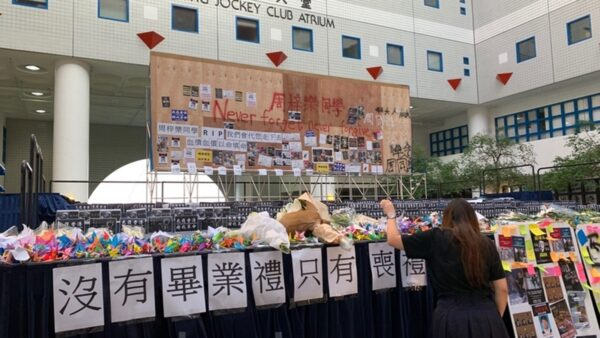 11月8日,香港科大學生設立悼念周同學的祭壇。圖為學生擺放紙鶴。(韓納/大紀元)